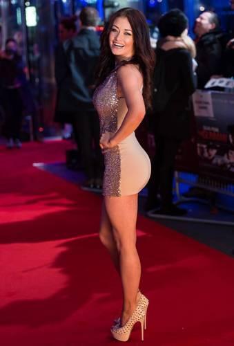 """Jess Impiazzi in mini abito alla premiere di """"The Gunman"""""""