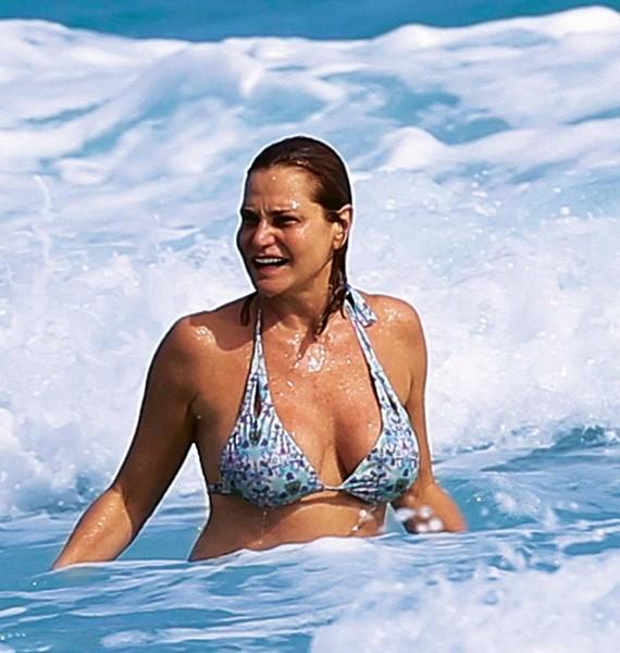 Simona Ventura in Bikini: Paparazzata a Miami da Chi (Gennaio 2016)