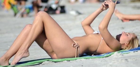 Kate England in Bikini: Paparazzata a Miami (Febbraio 2016)