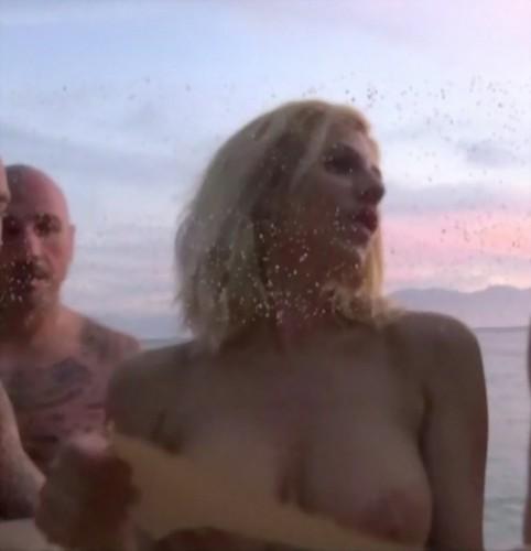 Paola Caruso in Topless e Completamente Nuda all Isola dei Famosi - Caps dalla Prima Puntata