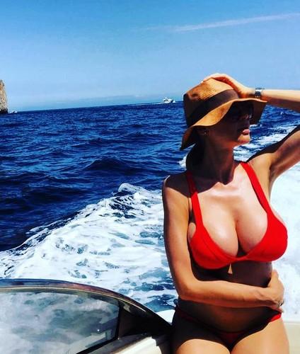 Cecilia Capriotti : Forme Esplosive in Bikini a Capri 18/06/2016