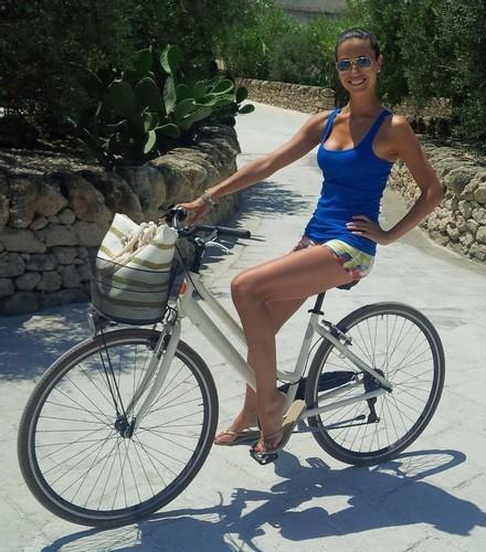 Laura Barriales in Micro Shorts in Bici dalla Puglia 12/07/2016