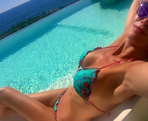 Laura Torrisi : Curve Esplosive in Bikini in Piscina 17/07/2016