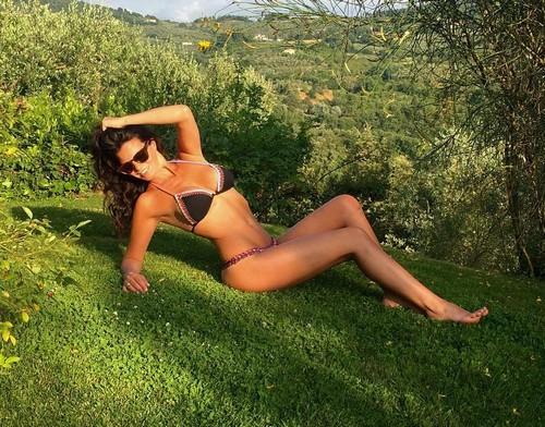 Laura Torrisi : Strepitosa in Bikini in Giardino 08/07/2016