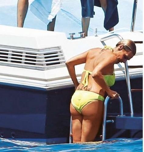 Simona Ventura in Bikini Paparazzata a Capri da Gente - 9 Agosto 2016