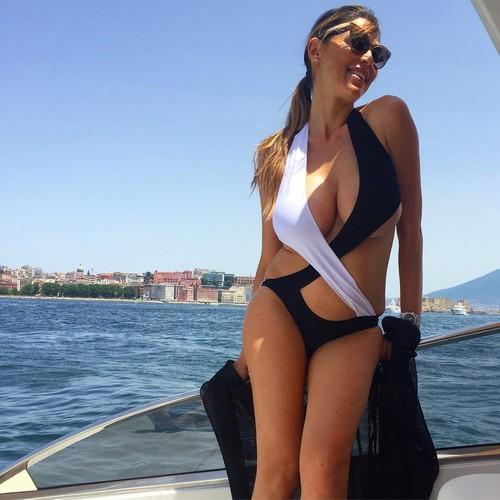 Cecilia Capriotti : Esplosiva in Sexy Trikini a Capri 26/08/2016