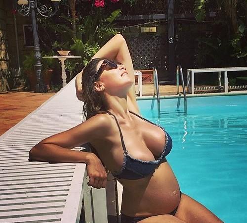 Cecilia Capriotti in Bikini e Pancione dalla Sicilia 02/07/2016
