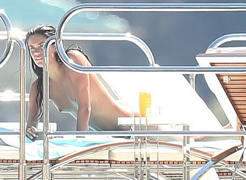 Sara Sampaio in Topless Paparazzata a St. Tropez 24/08/2016