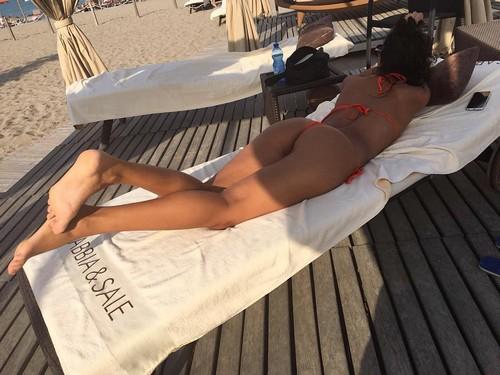 Francesca Lukasik : Lato B da Urlo in Micro Bikini a Chioggia