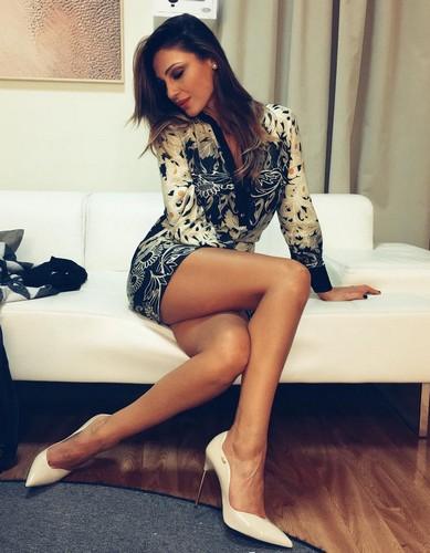 Anna Tatangelo : Gambe da Favola in Mini Abito