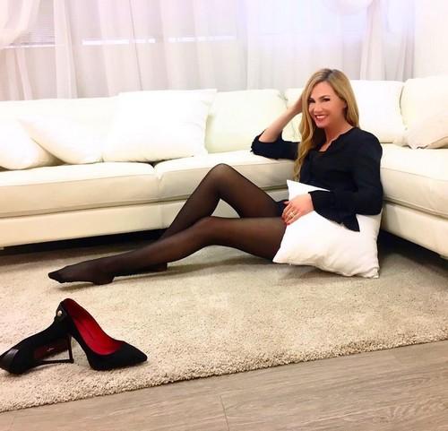 Federica Panicucci : Davvero Sexy in Collant e Minigonna