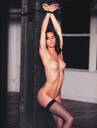 hilary-rhoda-in-topless-e-nuda-su-lui-magazine-01