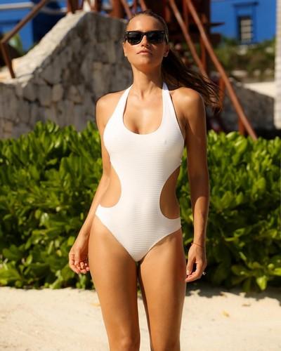 Lola Ponce in Sexy Swimsuit da un Servizio Fotografico