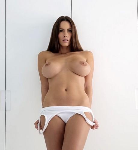 Lucia Javorcekova in Topless da un Servizio Fotografico