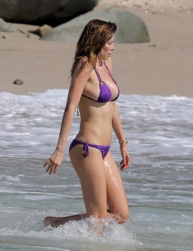 Aida Yespica : Curve Esplosive in Bikini Paparazzata a St Barts - 29 gennaio 2017