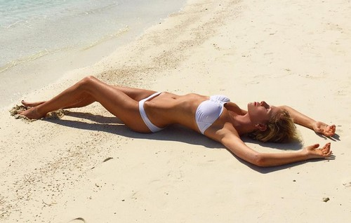 Alessia Marcuzzi : Curve da Capogiro in Bikini Bianco dalle Maldive