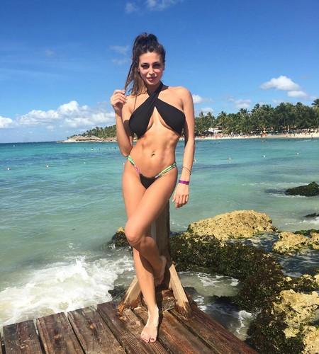 Cristina Buccino in Bikini Davvero Microscopico dai Caraibi, Gennaio 2017