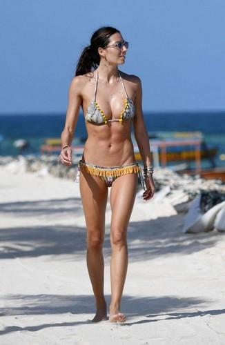 Elisabetta Gregoraci in Bikini : Paparazzata in Kenya, Gennaio 2017