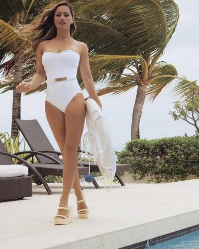 Lola Ponce in Swimsuit : Strepitosa in un Servizio Fotografico