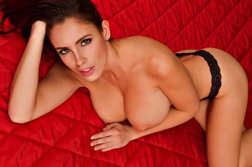 Lucia Javorcekova in Topless e in Lingerie da un Servizio Fotografico