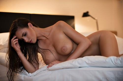 Lucia Javorcekova in Topless e Nuda da un Servizio Fotografico