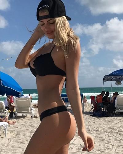 Melissa Castagnoli in Bikini a Miami, 04 gennaio 2016