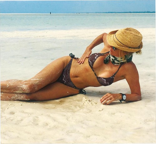 Nancy Brilli in Bikini in Kenya : Paparazzata da Chi, Gennaio 2017