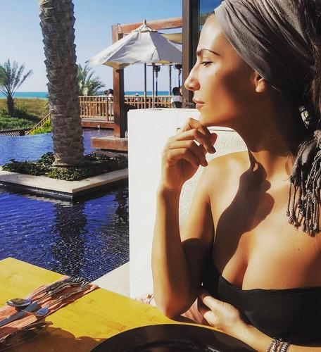 Roberta Morise : Seno Incontenibile in Bikini ad Abu Dhabi, 09 gennaio 2017
