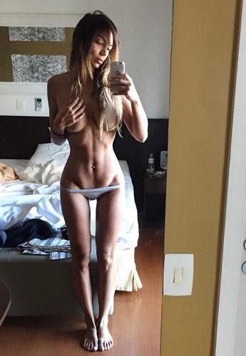 Sarah Nile in Topless : Selfie da Instagram, 02 gennaio 2016