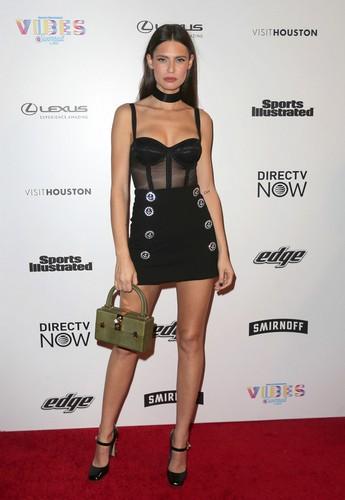 Bianca Balti in mini abito ad evento Sports Illustrated