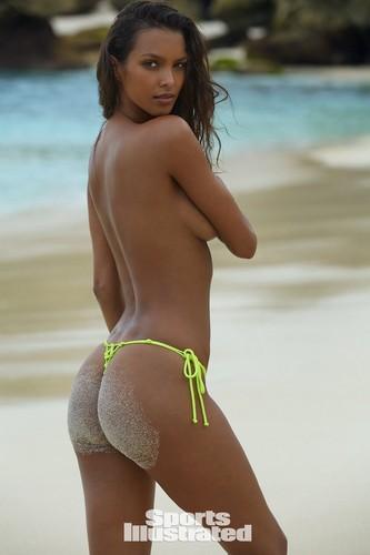 Lais Ribeiro in topless e bikini : Sports Illustrated 2017