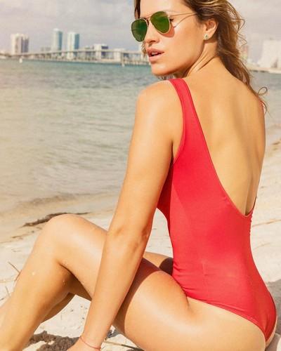 Lola Ponce : Esplosiva in costume da bagno a Miami