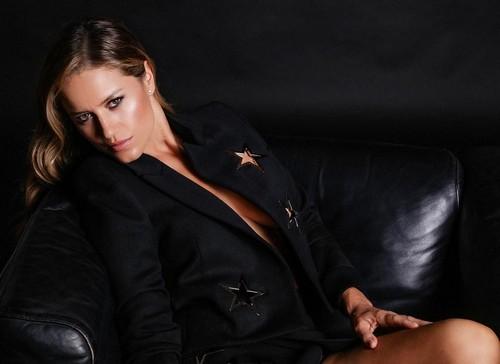 Lola Ponce in un sexy servizio fotografico