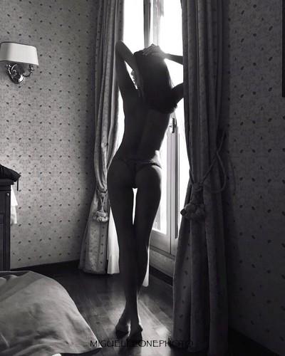 Mariana Rodriguez in lingerie e in topless da un servizio fotografico