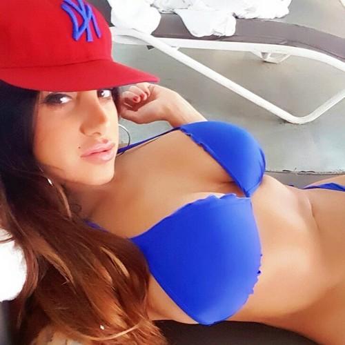 Marika Fruscio in bikini dalla Spa