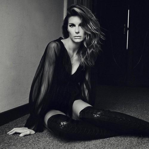 Martina Colombari : Sexy in un servizio fotografico