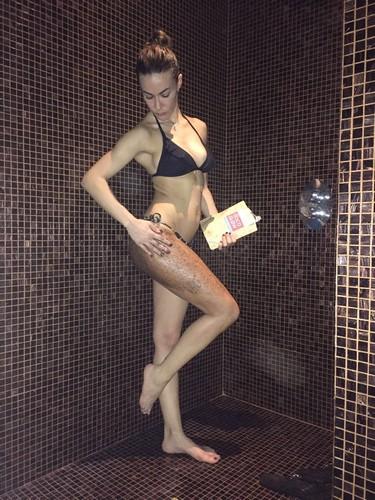 Melita Toniolo in bikini sotto la doccia