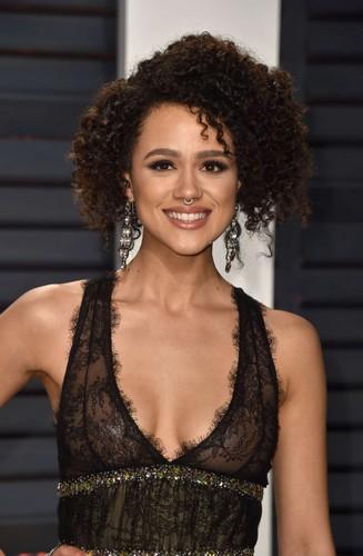Nathalie Emmanuel : Trasparenze senza reggiseno al Vanity Fair Oscar Party