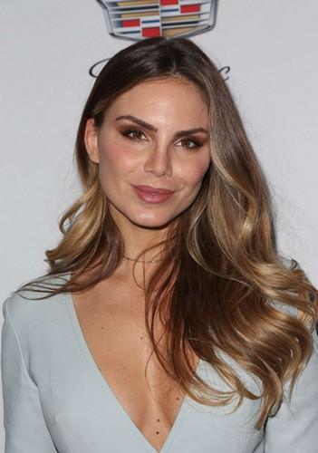 Nina Senicar : Sexy scollatura al Cadillac Pre Oscar party