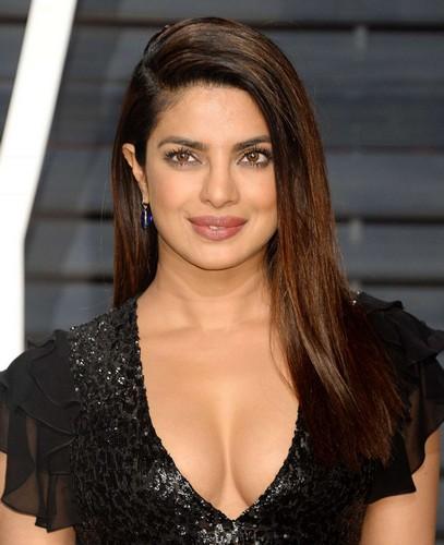 Priyanka Chopra : Scollatura vertiginosa al Vanity Fair Oscar Party