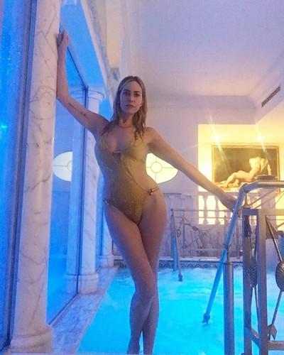 Stefania Orlando in Sexy costume da bagno dalla Spa