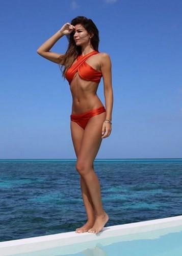 Alessia Ventura in Bikini Rosso : Strepitosa alle Maldive
