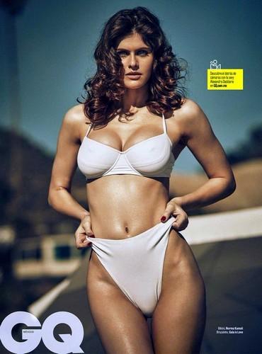 Alexandra Daddario in Bikini su GQ Magazine Aprile 2017