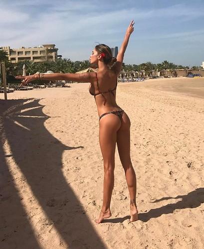 Belen Rodriguez : Lato B da Urlo in Bikini a Doha, 23 marzo 2017