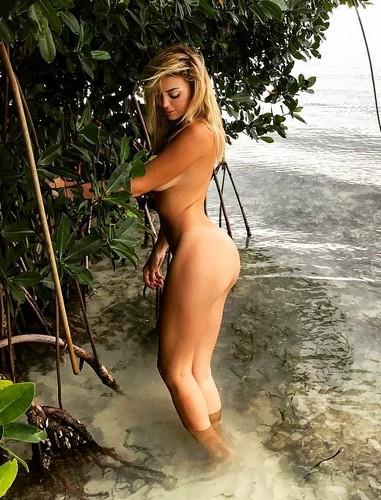 Elena Morali completamente nuda e in bikini ai Caraibi