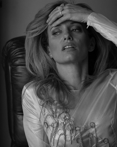 Justine Mattera : Trasparenze senza reggiseno da un servizio fotografico