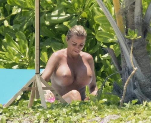 Katie Price in Topless Paparazzata a Miami, 29 marzo 2017