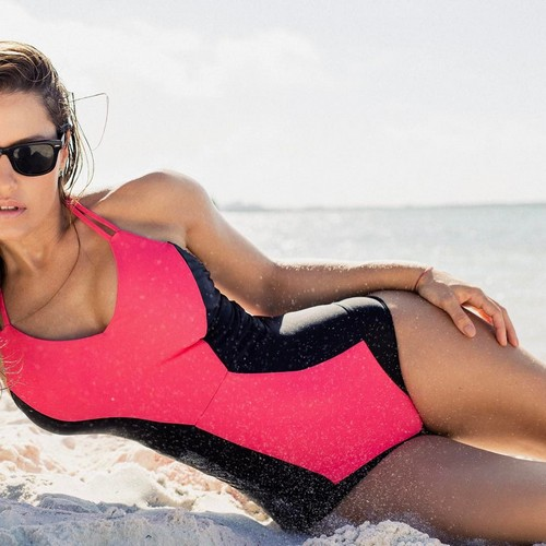 Lola Ponce : Servizio Fotografico in Swimsuit