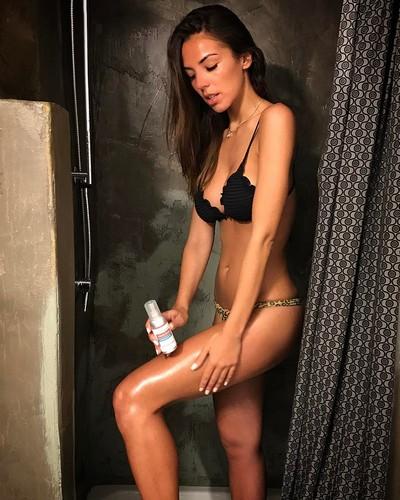 Alessia Reato in Bikini Sotto la Doccia - 26 aprile 2017