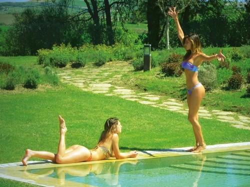 Belen Rodriguez e Cecilia Rodriguez in Bikini in Toscana : da Chi - 26 Aprile 2017